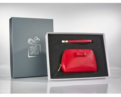 Kožená dámská kosmetická taška DES SIOU s koženým přívěskem na klíče - červená